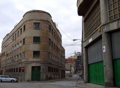 Antiguos edificios industriales conviviendo con viviendas en el distrito de Arganzuela.