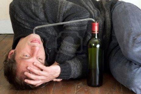 4775025-hombre-borracho-bebiendo-vino-en-la-botella-con-la-tuber-a