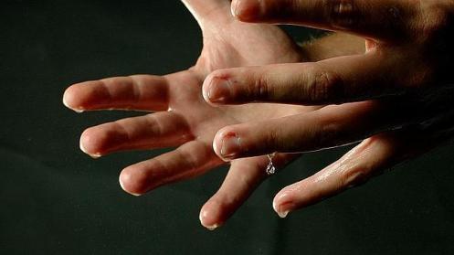 Dedos sudorosos.